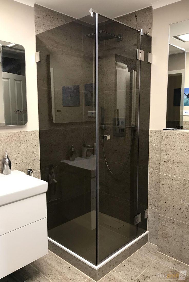 Innovative Dusche in der Ecke. Das graue Glas wirkt sehr