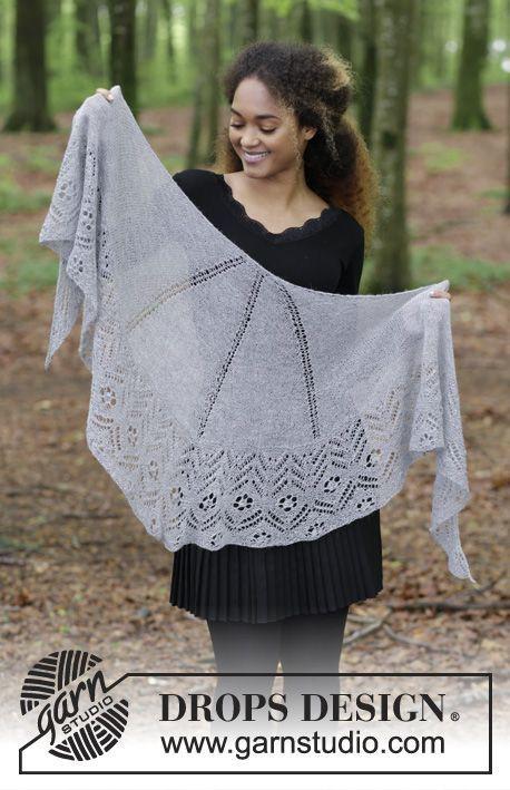 Stickad sjal med hålmönster i slätstickning och rätstickning. Arbetet är stickat i DROPS Lace Gratis stickmönster från DROPS Design.