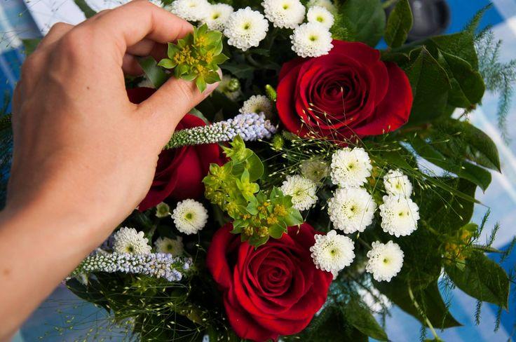 Klassisk sommarbukett med bland annat rosor, santini och veronica