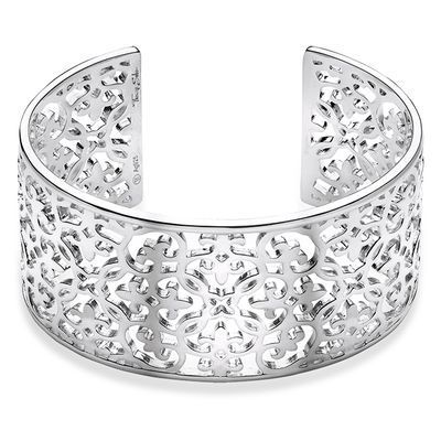 THOMAS SABO glamour for the wrist: with its iconic Glam & Soul Arabesque design, this elegant wide silver cuff is the perfect highlight for any outfit.