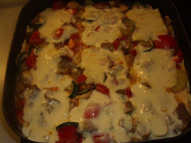 Das perfekte Gemüsepfanne mit Raclette-Käse-Rezept mit einfacher Schritt-für-Schritt-Anleitung: Kartoffeln schälen, würfeln und in Öl in einer Pfanne…