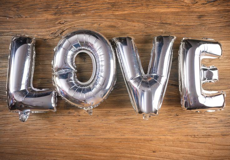 Globos Metálicos con la Palabra LOVE Color Plata - LOVERSpack. Con este globo crearas la atmósfera que tanto estás buscando crear para esa ocasión especial, aniversario, cumpleaños, boda o simplemente sorprendera a tu pareja. #decoracióncumpleaños #decoraciónaniversario #decoraciónboda #sorprenderamipareja #regalosoriginales #globos #globolove #love #decorarhabitaciónromántica #nocheromántica #parejas #regalos #sorpresas #LOVERSpack