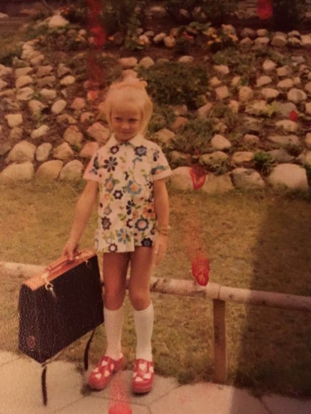 Maj-Britt Hoffstetter Nielsen, 47, Hundested. Min første skoledag. 1. klasse i 1975. Startede i 1.B på Storebjergskolen i Hundested. Havde selv valgt tøj, sko og skoletaske til den store dag, og jeg var så glad for mine træsko med hjerter på (1975).