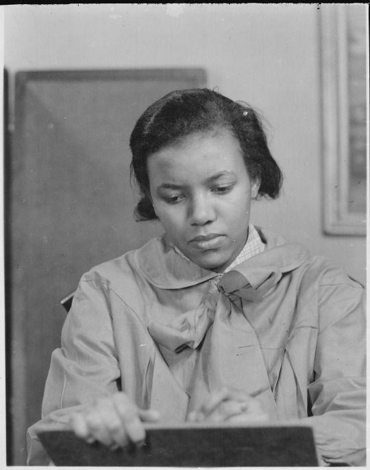 Augusta Savage foi uma influente escultora negra que desafiou o racismo no início do século 20, mas poucas das suas esculturas permanecem hoje  Escultor Augusta Savage foi um dos principais artistas do Renascimento Harlem, bem como um influente ativista e educador de artes.  Augusta Savage criou Gamin no início de sua carreira, e pequena escultura ganhou uma bolsa para viajar para a Europa.