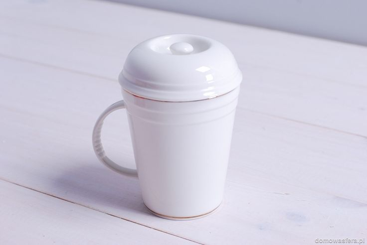 Ceramiczny kubek w białym kolorze z przykrywką do łatwiejszego zaparzania ulubionej herbaty. Minimalistyczne naczynie ozdobione jest złotym akcentem. Do kubka dołączamy prezentowy kartonik.