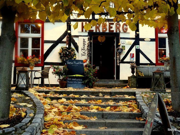 De herberg heeft 12 prachtige kamers, waarvan 5 op de begane grond. Mooie houten vloeren, fairtrade linnengoed, badkamers met douche en toilet, tv en gratis wifi vormen een natuurlijk geheel met alle comfort van nu. De landelijke ligging midden in de Zuid-Limburgse heuvels is uniek. Een oase van rust en schoonheid in een uniek wandelgebied.