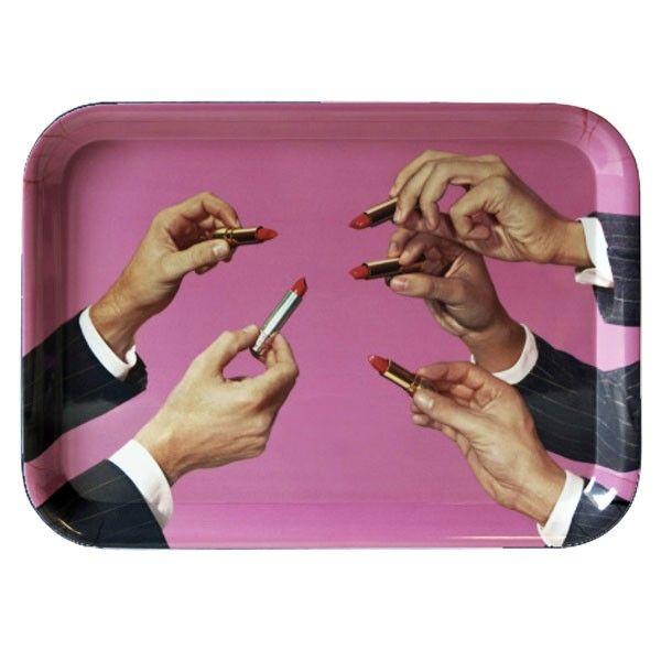 Seletti in collaborazione con Toiletpaper ,il magazine di sole immagini di Maurizio Cattelan e Pierpaolo Ferrari, disegna questo Vassoio Rossetti della collezione Toiletpaper. Il mix tra arte e melamina rende questa collezione unica nel suo genere, ottima per la colazione e l'arredo tavola.