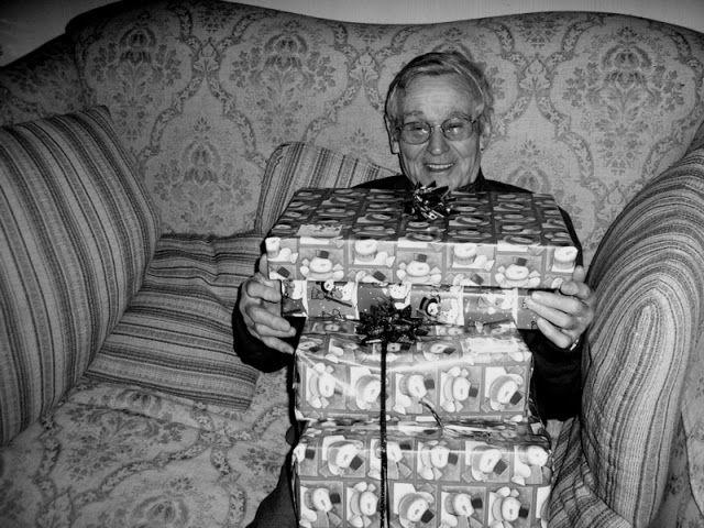 #opiekunmedyczny #życiowe Świąteczne prezenty:  Goście przynoszą różne rzeczy. Przeważnie do jedzenia. Najczęściej to, czego pacjent akurat jeść nie może: