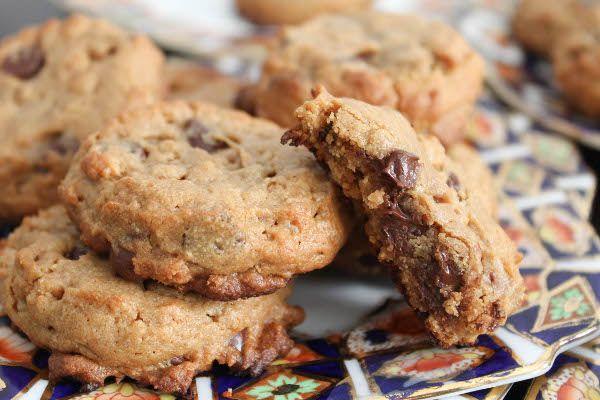 Peanut Butter Chocolate Chip Rice Crispy Cookies - THE BEST peanut butter cookies I've ever made! No flour, no butter, no hassle.