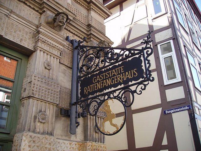 Detalles de los cuentos de los Hermanos Grimm en Hamelin, Alemania, un viaje para realizar con niños #viajes #viajesconniños #viajesdecuento http://charhadas.com/ideas/30949-viaje-de-cuento-a-la-tierra-del-flautista-de-hamelin?category_id=69-viajes