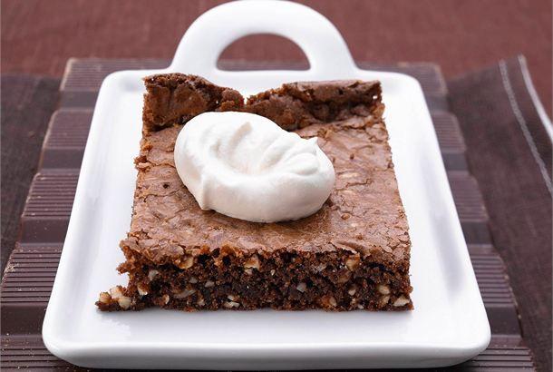 Brownies ✦ Brownie on amerikkalainen kostean mehevä suklaaleivonnainen, josta leikataan perinteisesti neliönmuotoisia annospaloja. Brownie-leivokset on helppo valmistaa ja ne maistuvat taivaalliselta pehmeän kermavaahdon kanssa tarjoiltuna. http://www.valio.fi/reseptit/brownies/