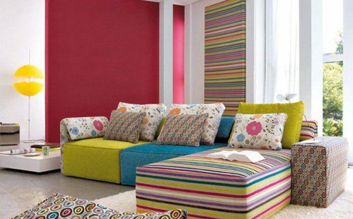 Яркий полосатый диван в гостиной