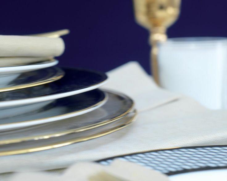 Magnifiez un bleu nuit avec des touches dorées. Les assiettes au liseré or et les flûtes à champagne dorées soulignent l'opulence de la scène. Les éclats dorés ressortent sur le bleu nuit.