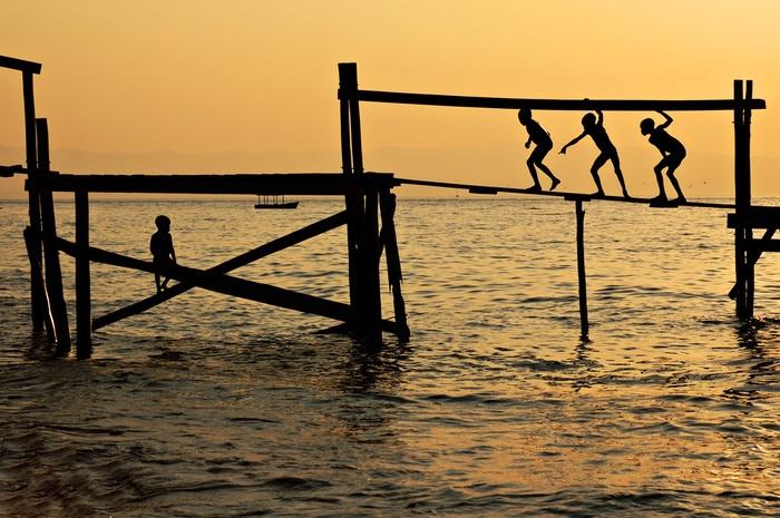 J'♥ ces jeunes explorateurs.     Chaque soir à Cape Maclear au bord du lac Malawi, les enfants se prennent pour David Livingstone, le grand explorateur.