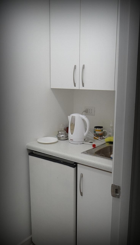 Mueble pequeño para espacio de cocina. Lavaplato y mueble superior enchapados. Espacio para colocar un Frigo Bar