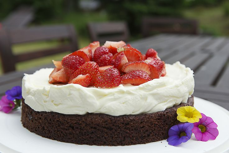 enkel tårta jordgubbstårta cheesecake chokladbotten