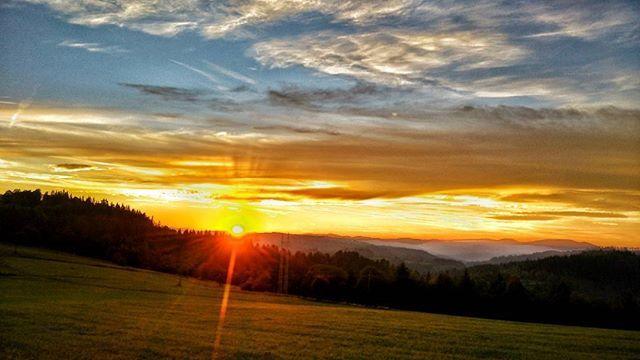 Foto z dnešnej jazdy. O krásne výhľady nebola núdza. 🚵😋 Dnešný západ Slnka predviedol nádherné divadlo...🌄 #slovakia #slovaknature  #mobilephoto #slovakiabeauty #naturebeauty #naturelovers #insta_svk #instalike #thisisslovakia #panorama  #sky #trip #picoftheday #instashot #hdr #ig_slovakia #trees #priroda #colors #instapic  #ig_europe #exclusive_shot #naturegram #CleanCaptures #ilovenature #sunset #landscape #zapadslnka #kysuce