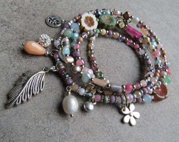 Schöne Bettelkette im Hippiestil!  Ins Perlenband sind böhmische Glasblumen, Süsswasserperlen. Anhänger und Halbedelsteinelemente eingearbeitet.   Hals bis Bauchnabel: 52 cm Perlenband...