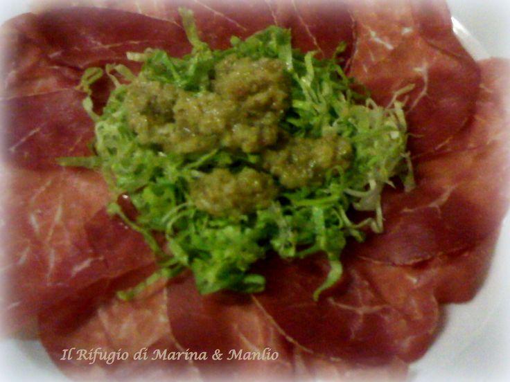 Carpaccio di angus marinato e affumicato, con insalatina e salsa verde