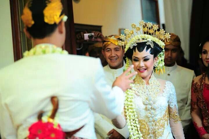 white, indonesia wedding tradision