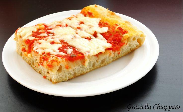 Pizza al taglio, una ricetta semplice e alla portata di tutti per preparare un'ottima pizza in teglia alta e soffice come quella della panetteria