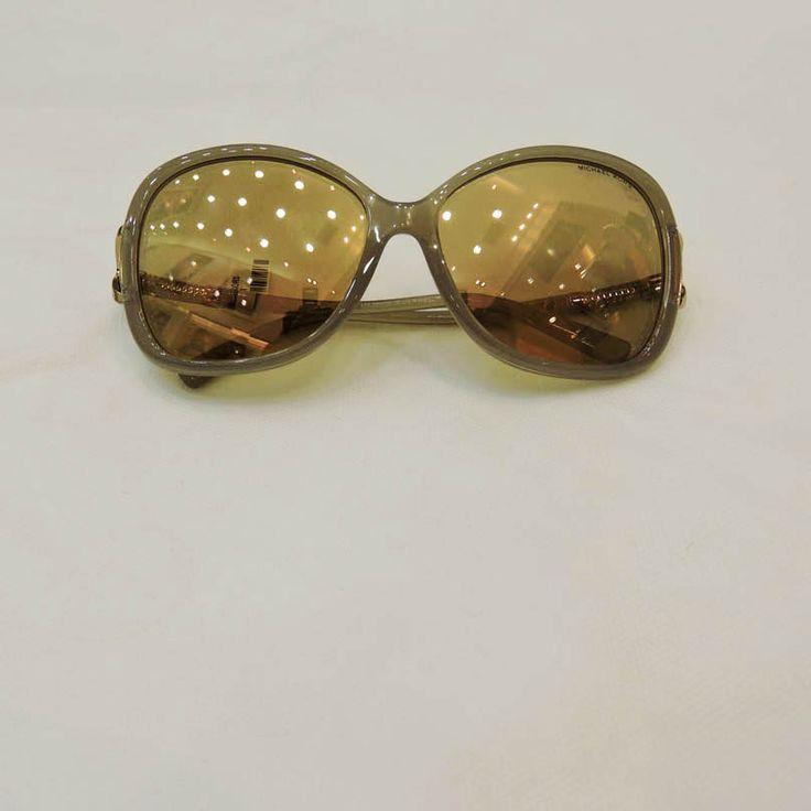 Óculos Michael Kors R$978,00 Ótica Lens http://shoppingsaojose.com.br/  Para quem não dispensa o glamour, a Michael Kors lançou este modelo de óculos de sol com lentes espelhadas. Ele é ideal para quem tem rosto quadrado e triangular. Já imaginou usá-los à beira da piscina com seu biquíni favorito?