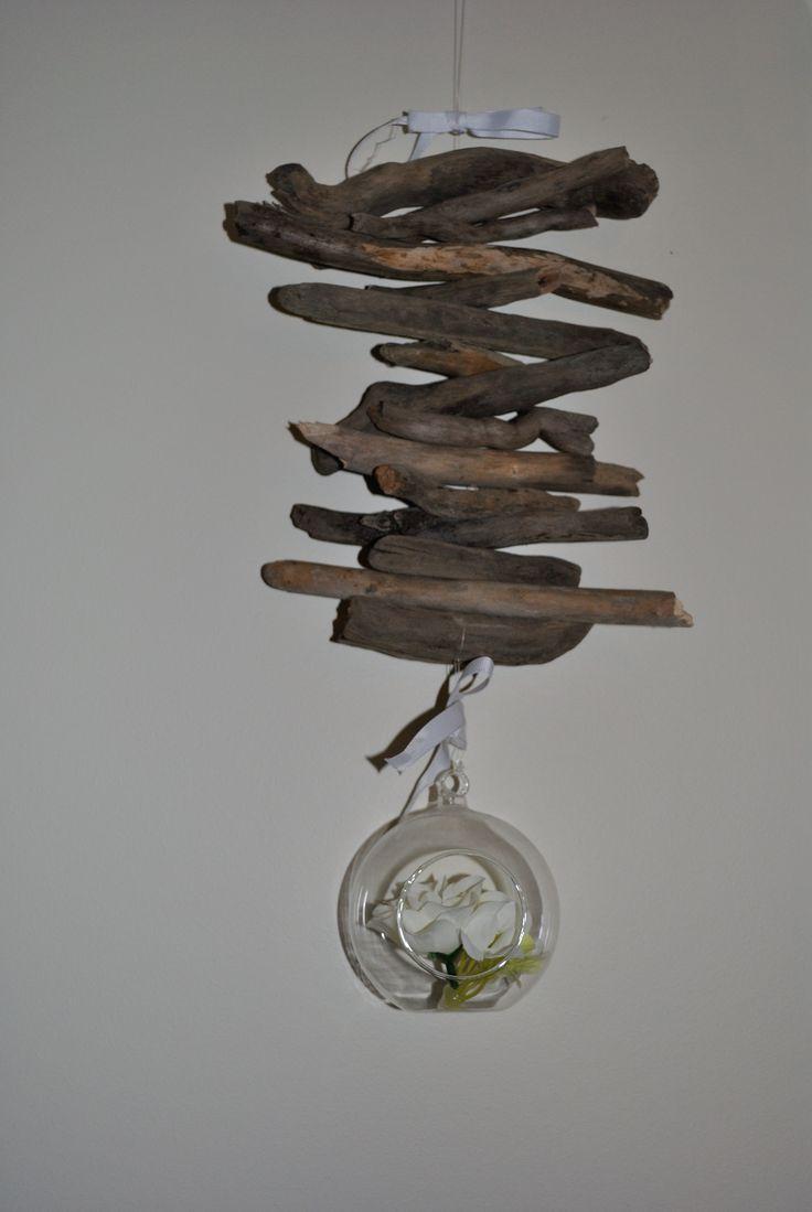 Suspension bois flotté     Matériel nécessaire :   - du bois bois flotté ramassé pour ma part en bord de Garonne. - fil transparent type nylon  - une sphère en verre  - ruban - une perceuse   Il suffit de percer les morceaux de bois flotté, de faire passer le fil de nylon à l'intérieur des trous  .Nouer la sphère en verre au bout agrémenté avec un petit nœud blanc.  A suspendre à l'intérieur pour une déco nature ou bien à l'extérieur pour décorer vers terrasse