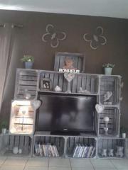 Meuble télé avec des anciennes caisses en bois de pommes - Caisses patinées Kratten - cajas - caixotes - crate www.lartdelacaisse.fr fabriqué par Sophie D