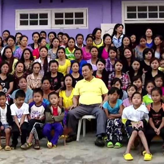 La familia más numerosa del mundo es la de Ziona Chana, un indio que, con 39 mujeres, ha tenido 94 hijos y 33 nietos, todos viviendo en un mismo edificio formado por un centenar de habitaciones. Las mujeres tienen su dormitorio y las más jóvenes comparten la cama con él alternativamente. El hombre pertenece a una secta que incita a la poligamia. #familia #zionachana #numerosa http://www.pandabuzz.com/es/anecdota-del-dia/familia-numerosa-ziona-chana