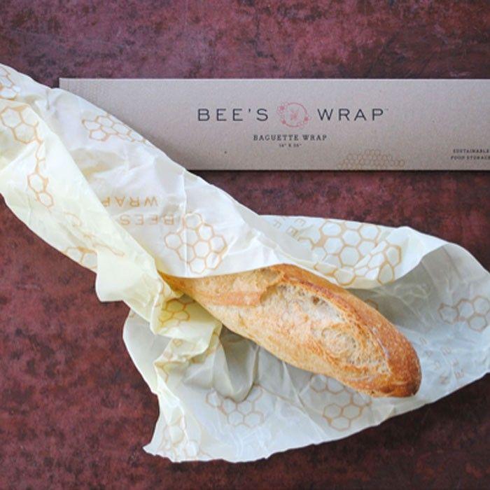 Bee´s Wrap är ett naturligt alternativ till plastförvaring av mat. Bee´s Wrap är tillverkat av bomullsmuslin, bivax, jojobaolja och kåda. Bivax och jojobaolja har goda antibakteriella egenskaper och därmed en mycket god förmåga att hålla matvaror fräscha. Bee´s Wrap kan användas till bröd, ost, grönsaker, frukt, runt smörgåsen eller för att täcka en skål. Denna passar för en baguette, finns hos VitaVera i webshop och butik för 169 kr