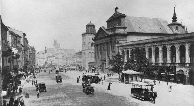 Warszawa 1870-1884. Ulica Krakowskie Przedmieście, dorożki i wagony tramwaju konnego oraz przystanek tramwajowy. fot.: PAPReprodukcja