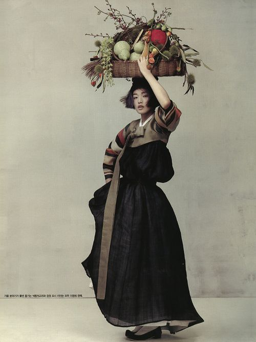 Choi Ara for Vogue Korea Oct 2010. Really nice hanbok, and the photography resembles a painting.
