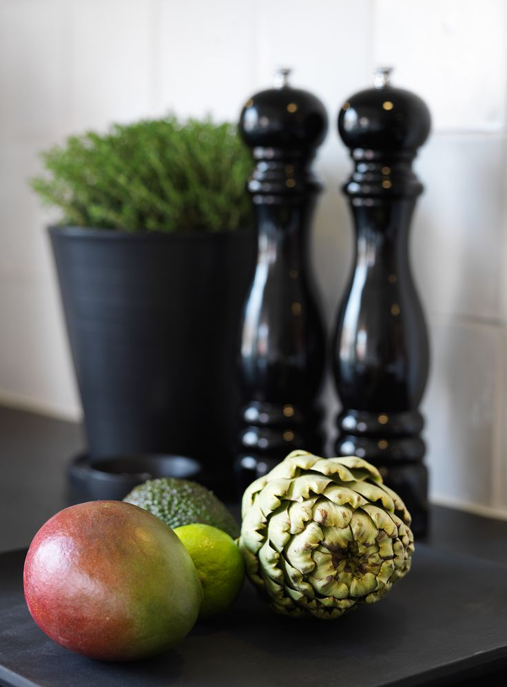 KÖK - Svart handgjord kruka i keramik, salt & pepparkvarn, frukter på träfat