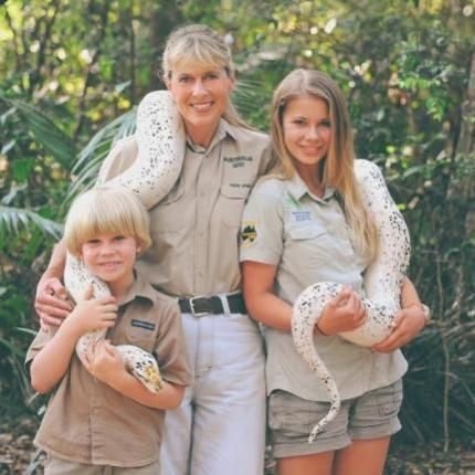 Bindi Irwin, Chandler Powell kiss during Hawaiian vacation - UPI.com