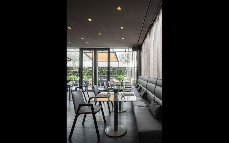 Arredamento su misura per il ristorante dell'hotel. Sedute prototipo frassino ecopelle. #interiordesign #madeinitaly #furniture