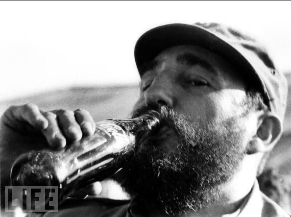 Fidel Castro bebiendo Coca-Cola. 1972. Revista Life.