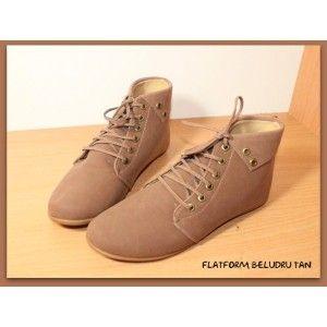 Sepatu plaftorm model semi peter pan dengan bahan bludru lembut dan berwarna tan yang kalem menjadikan sepatu wanita ini berkesan trendy dan fashionable.