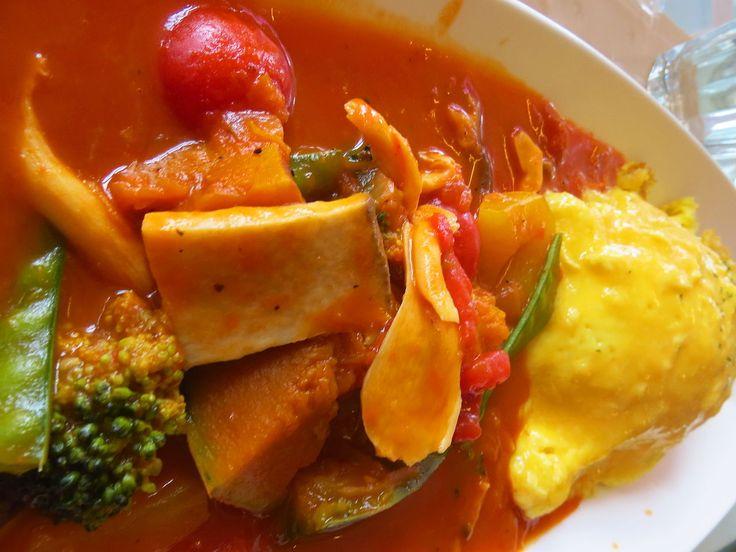 蛋包饭(日语:オムライス omu-raisu)(韩语:오므라이스)是由蛋皮包裹炒饭而成的饭料理。这道菜是一种受过西方影响的日本料理。