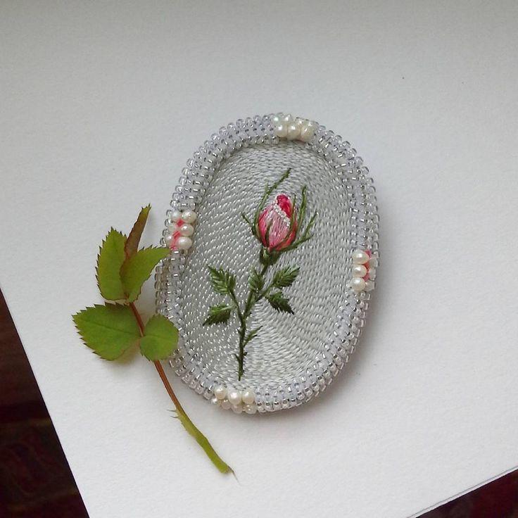 """Вот такое милашество, 7 на 5 см, вышивка шелком по шелку, бисер миюки,речной жемчуг,продается:))))#ручнаявышивкагладью #вышивка #жемчуг #розы #цветы #цветок #длясебялюбимой #шелк #бисер #сказка  Вспомнилась чего-то сказочка про девушку из рта ,которой сыпался жемчуг и лепестки розы, по-моему """"Подарок феи"""" сказка называлась:))))"""