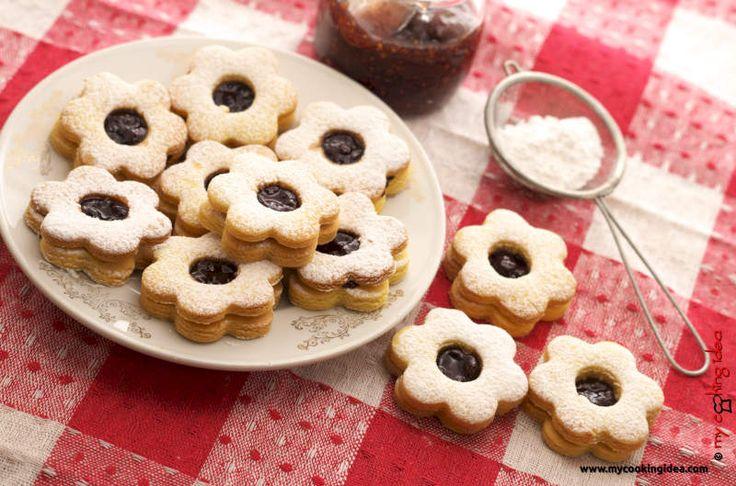 Le ciambelline sarde sono dei biscotti farciti con marmellata che occupano un posto di rilievo tra i dolci sardi tipici . Si tratta essenzialmente difrollini magri e non possono mancare in un vassoio assortito di dolci tradizionali. Classiche ciambelline sarde farcite con marmellata e