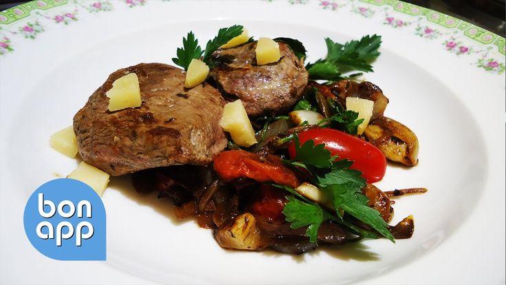 Утиное филе, изысканное мясо с насыщенным вкусом, обжаренное и подано и овощами и пармезаном.