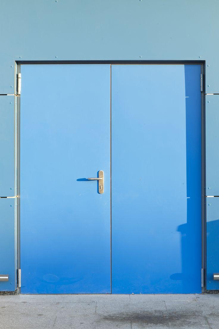 Puerta exterior de color azul