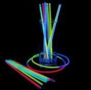 Valotikut ovat ehdoton biletysväline. Itsevalaiseva valotikku aktivoidaan taivuttelemalla sitä varovasti. Myydään 25 kpl paketissa. Mukana myös 25 kpl liittimiä, joilla tikkuja voi yhdistää ranteisiin tai kaulaan.