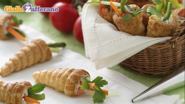 Conetti Primavera(Spring Cone) - Cute Spring Appetizers made with puff pastry, filled with cream cheese and ham or no ham for vegetarians and decorated with vegetables.