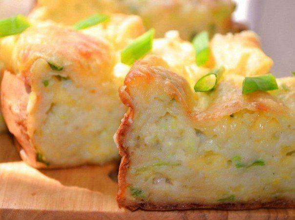 Потребуется: 400 грамм кабачка, 100 грамм сыра, 2 яйца, 100 грамм сметаны, 0,5 чайной ложки гашеной соды, 150 грамм муки, зелень, 0,5 ч...