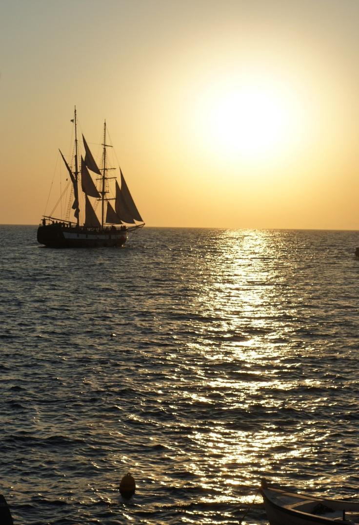 Santorini sunset..  www.santoriniheritagevillas.com #santorini #santorinigreece #greece #travel