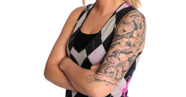 Cómo diseñar un tatuaje de media manga. Los tatuajes de media manga normalmente se refieren a un tatuaje que envuelve completamente alrededor de la parte superior del brazo desde el hombro hasta el codo o la mitad del brazo. Sin embargo, algunas personas también harán referencia a un tatuaje que se envuelve alrededor del brazo desde el codo hasta la muñeca como un tatuaje de media ...