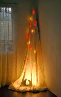 Mi árbol de navidad, diseño y fabricación personal; elaborado en tela con luces navideñas y una lámpara halógena que ilumina la silueta del pesebre en la base del árbol.