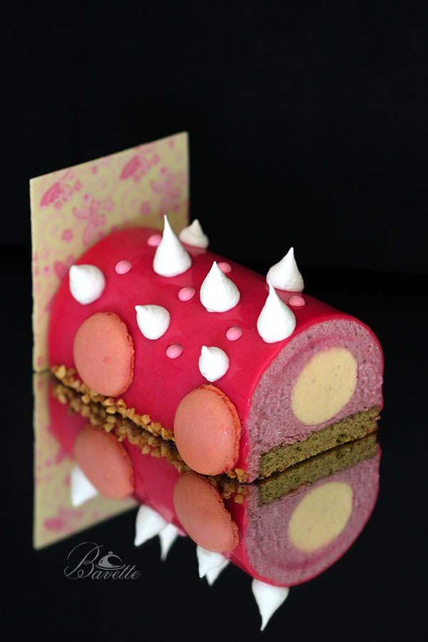 Buchê de Noël con frambuesas, crema de vainilla y glaseado rosa.