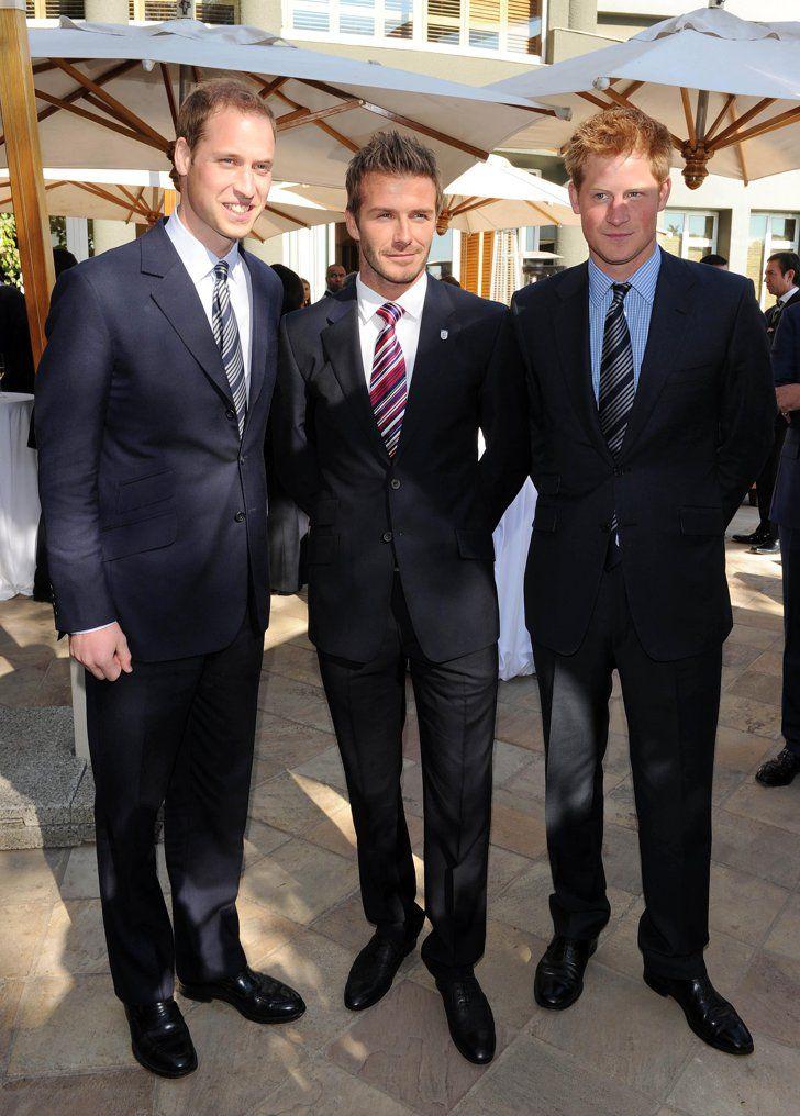 Pin for Later: Wenn Welten aufeinander prallen: Promis begegnen den Royals  David Beckham, Prinz Harry und Prinz William schmiegten sich aneinander bei der WM in Johannesburg im Juni 2010.